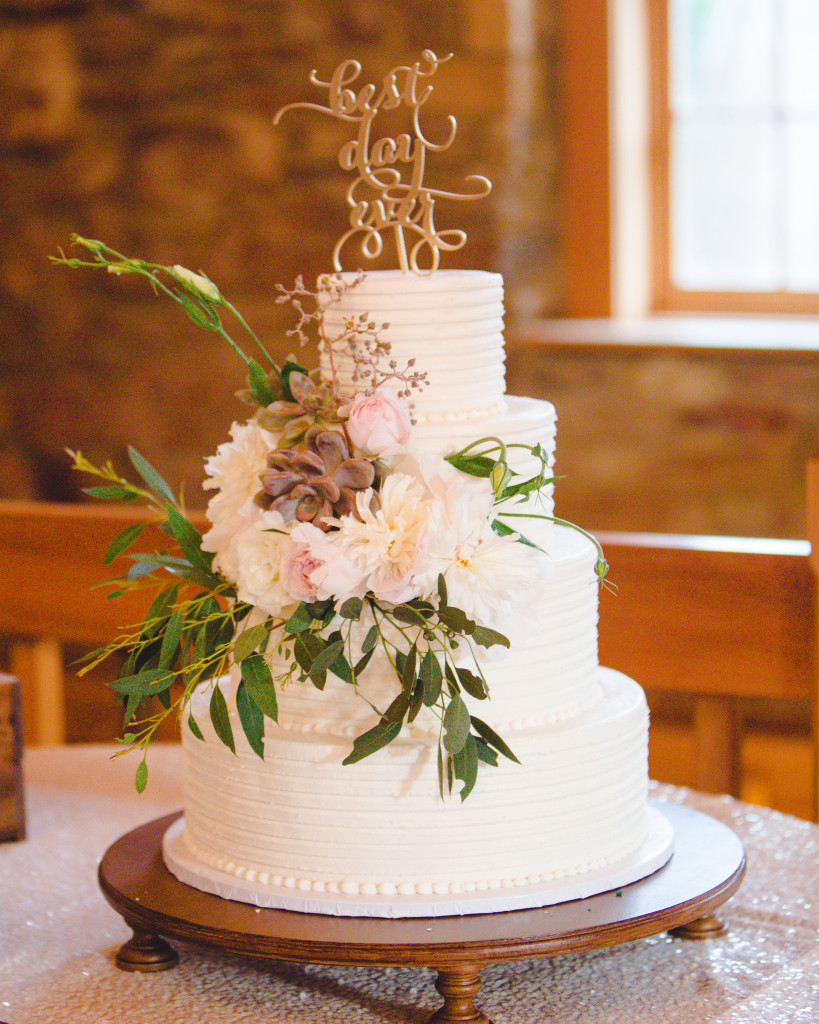 Rustic Romantic Floral design for a simple cake